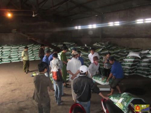 Kiểm tra hoạt động sản xuất phân bón: Ảnh: Đinh Văn Hà