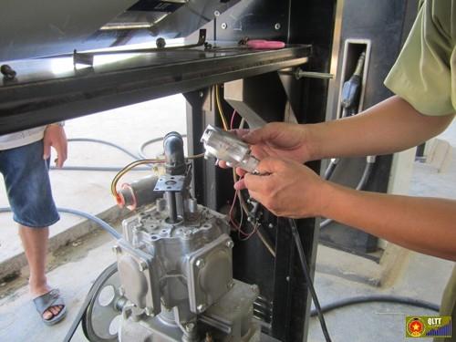 Kiểm tra phương tiện đo xăng dầu. Ảnh: Đoàn KTLN